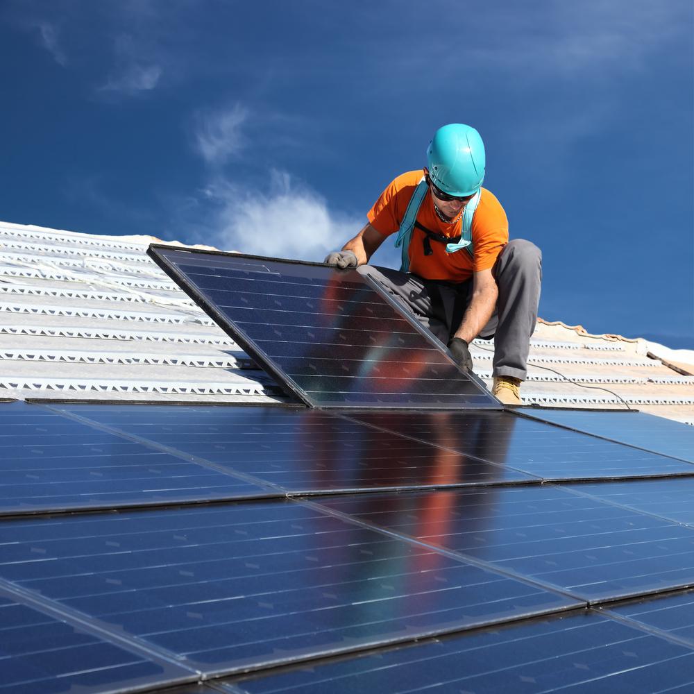 Foto: Handwerker installiert Photovoltaik