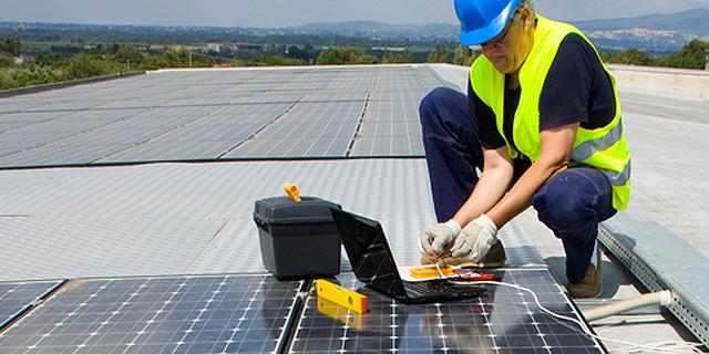 Die Installation Von Einer Solarthermieanlage.