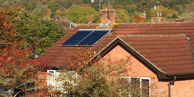 Zwei Solarthermie-Kollektoren Auf Einem Dach