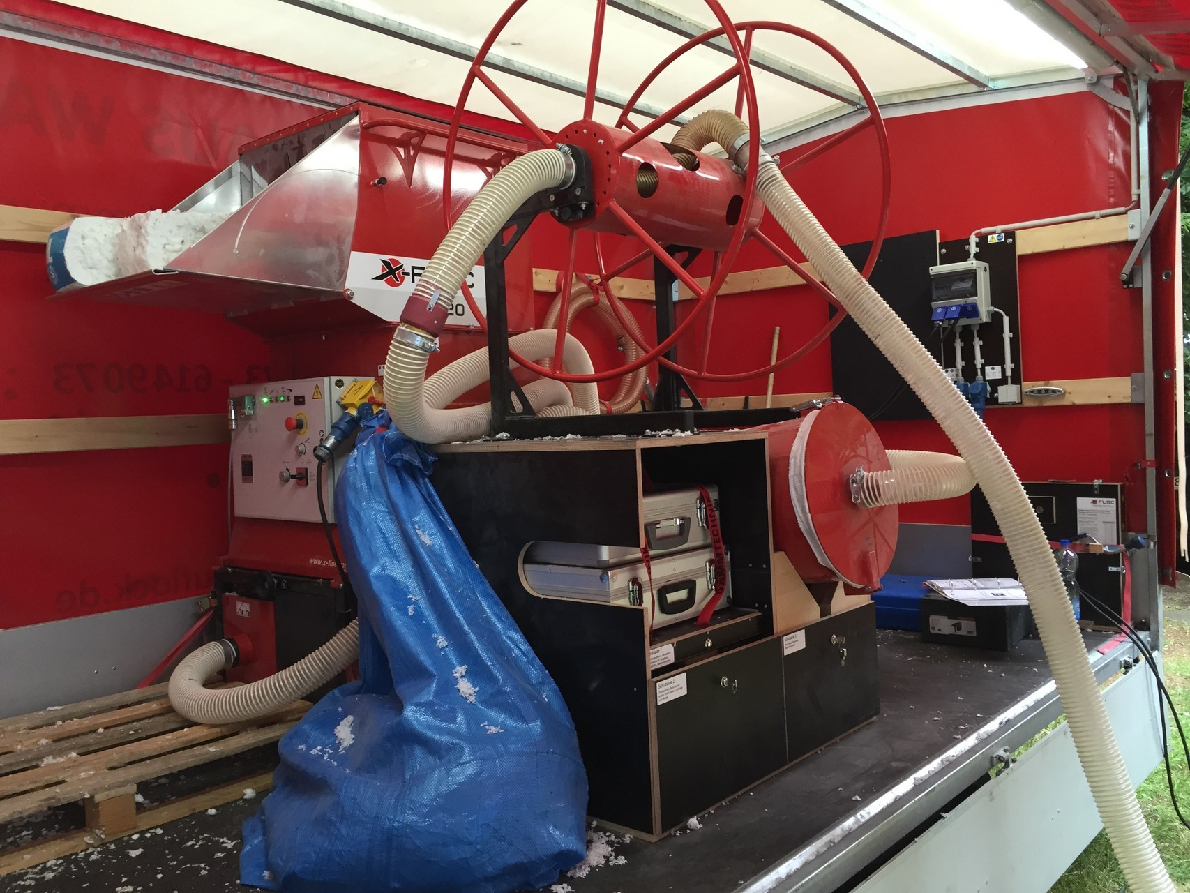 Mittels der Einblasdämmmaschine wird der Dämmstoff in den Zwischenraum eingeblasen.