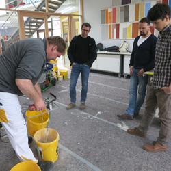 energieheld zu Gast bei sto - Die Kundenberater lassen sich zeigen, wie man Beton richtig anrührt